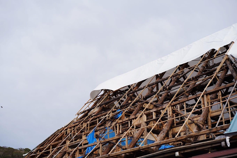 吹き飛ばされた屋根