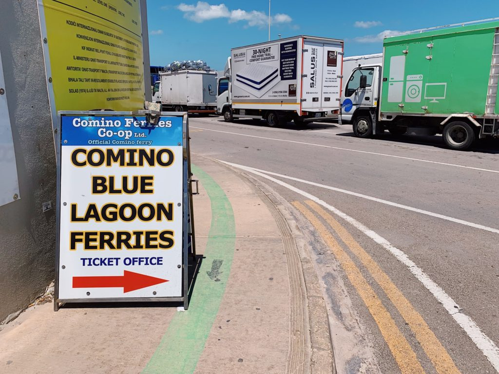 フェリーターミナルでバスを降りたら、港の東側へ