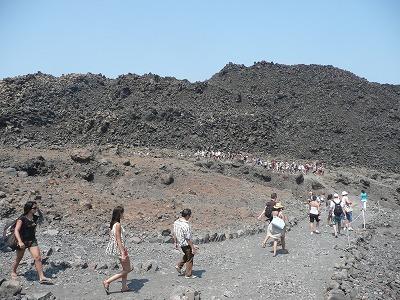 サントリーニ島の火山を歩く