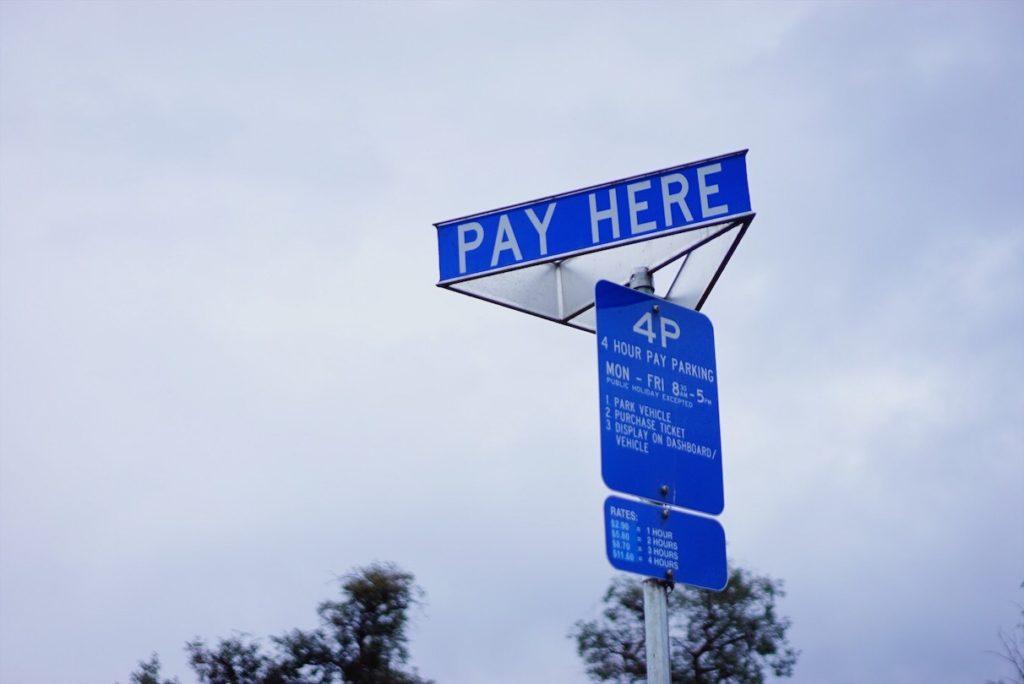 駐車場や駐車スペースの標識に従う