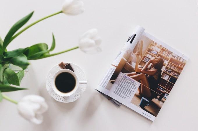 雑誌の特集、見開きページを参考にする