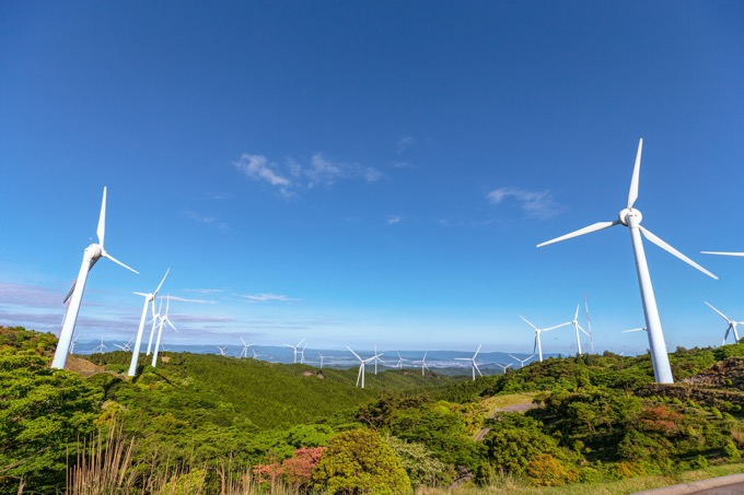 風車が立ち並ぶ「青山高原」をドライブする