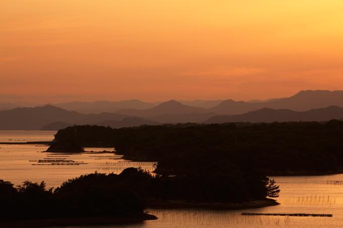 志摩市の英虞湾(あごわん)に落ちる夕陽を眺める