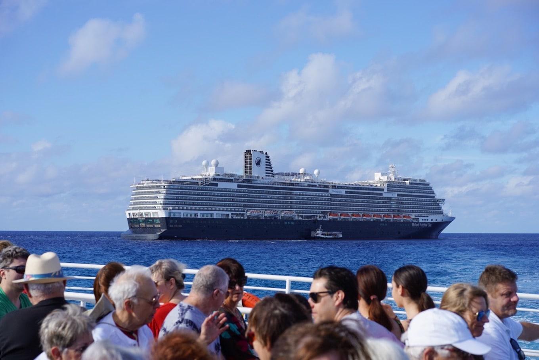 船内で騒いでいる人はいなくて、みんな大人