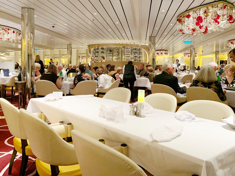 クルーズ船内の夕食