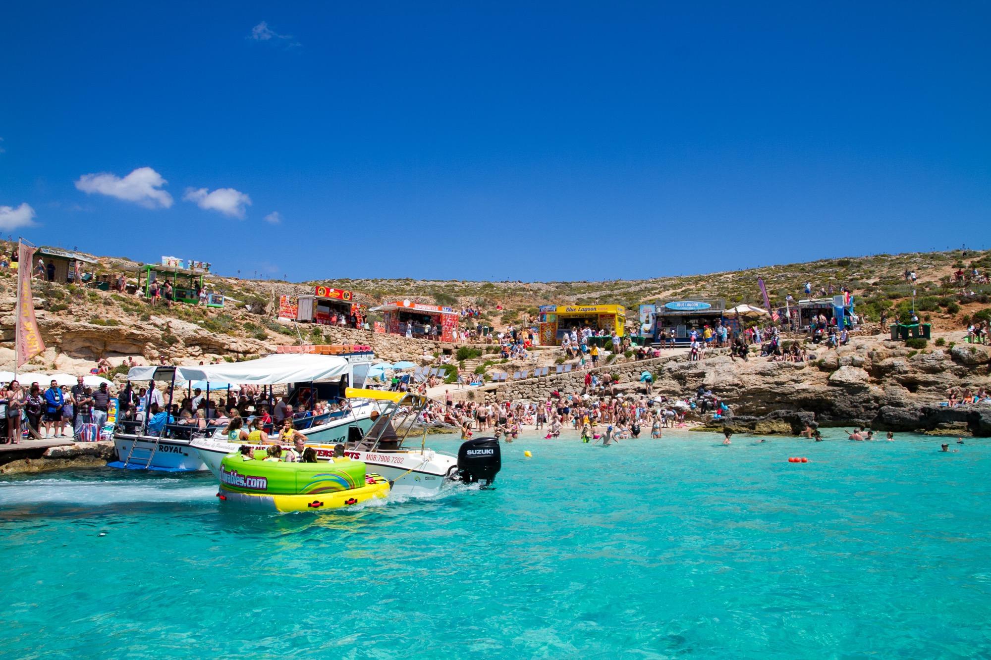 船が浮いて見える「コミノ島」の写真22枚を無料配布します【マルタ】